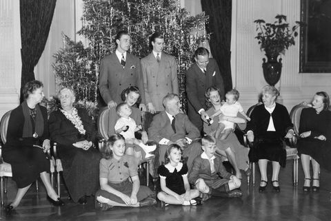 American President F.D. Roosevelt photographed surrounded by his family in 1939.