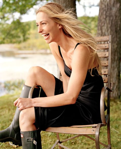 Hairstyle, Shoulder, Human leg, Joint, Sitting, People in nature, Summer, Beauty, Knee, Fashion,