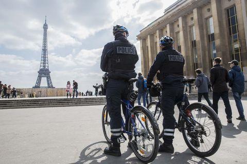 Footwear, Bicycle tire, Tire, Wheel, Bicycle wheel, Bicycle wheel rim, Bicycle frame, Bicycle, Shoe, Bicycle fork,