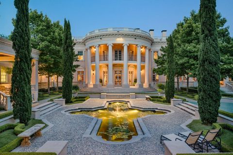 Plant, Garden, Water feature, Mansion, Palace, Classical architecture, Courtyard, Estate, Lawn, Official residence,