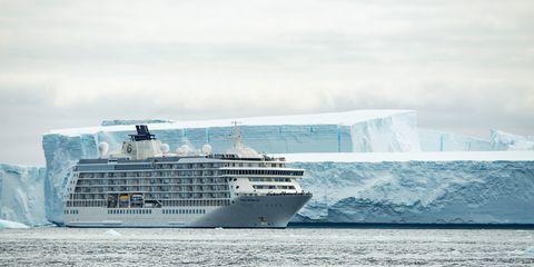 Body of water, Cruise ship, Liquid, Passenger ship, Fluid, Ocean, Ice, Watercraft, Aqua, Ice cap,