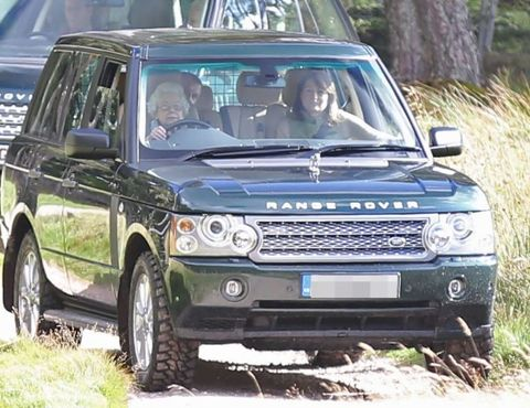 Vehicle, Land vehicle, Car, Windscreen wiper, Automotive parking light, Headlamp, Glass, Fender, Vehicle door, Rim,