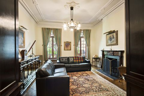 <p>The townhouse features several fireplaces.</p>