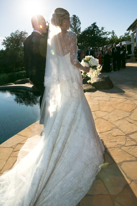 A Train And Veil View Of Cain S Monique Lhuillier Couture Wedding Gown