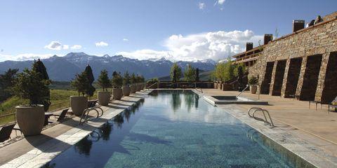 Swimming pool, Mountain range, Real estate, Water feature, Resort, Villa, Reflection, Resort town, Courtyard, Cumulus,
