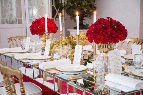 Dishware, Serveware, Tablecloth, Room, Table, Furniture, Interior design, Linens, Interior design, Centrepiece,