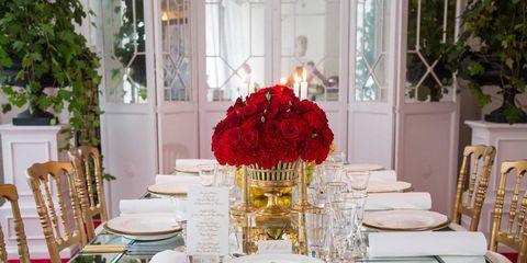 Tablecloth, Serveware, Dishware, Furniture, Table, Linens, Centrepiece, Bouquet, Glass, Petal,
