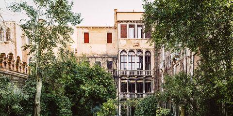 Green, Neighbourhood, Shrub, Facade, Hedge, Garden, Groundcover, Balcony, Apartment, Lawn,