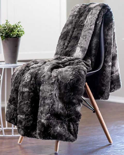 Prime 10 Best Faux Fur Throws Coziest Faux Fur Blankets You Can Gamerscity Chair Design For Home Gamerscityorg