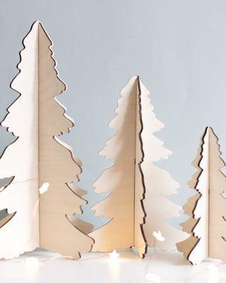 Un ensemble de trois arbres alternatifs de Noël en bois