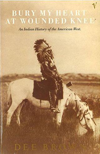 Enterrar mi corazón en Wounded Knee: una historia india del oeste americano