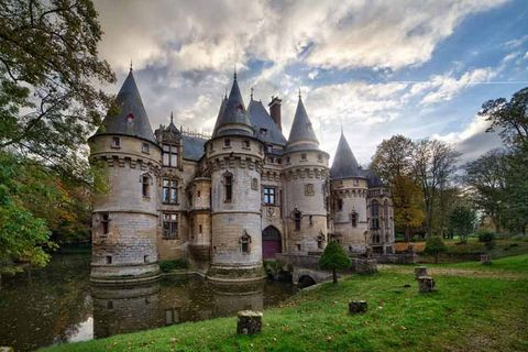 Building, Castle, Landmark, Water castle, Turret, Medieval architecture, Château, Moat, Manor house, Cumulus,
