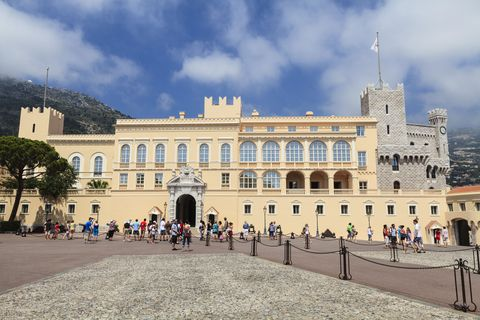 Facade, Landmark, Tourism, Palace, Classical architecture, Official residence, Plaza, Town square, Pedestrian, Tourist attraction,