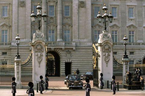 Window, Facade, Street light, Street, Pedestrian, Classical architecture, Arch, Antique car, Town square, Classic car,