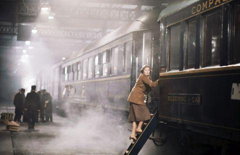 Mode of transport, Transport, People, Railway, Rolling stock, Standing, Passenger, Public transport, Train, Atmospheric phenomenon,