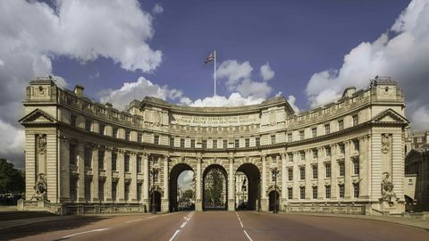 Daytime, Architecture, Facade, Flag, Road surface, Landmark, Arch, Government, Palace, Official residence,