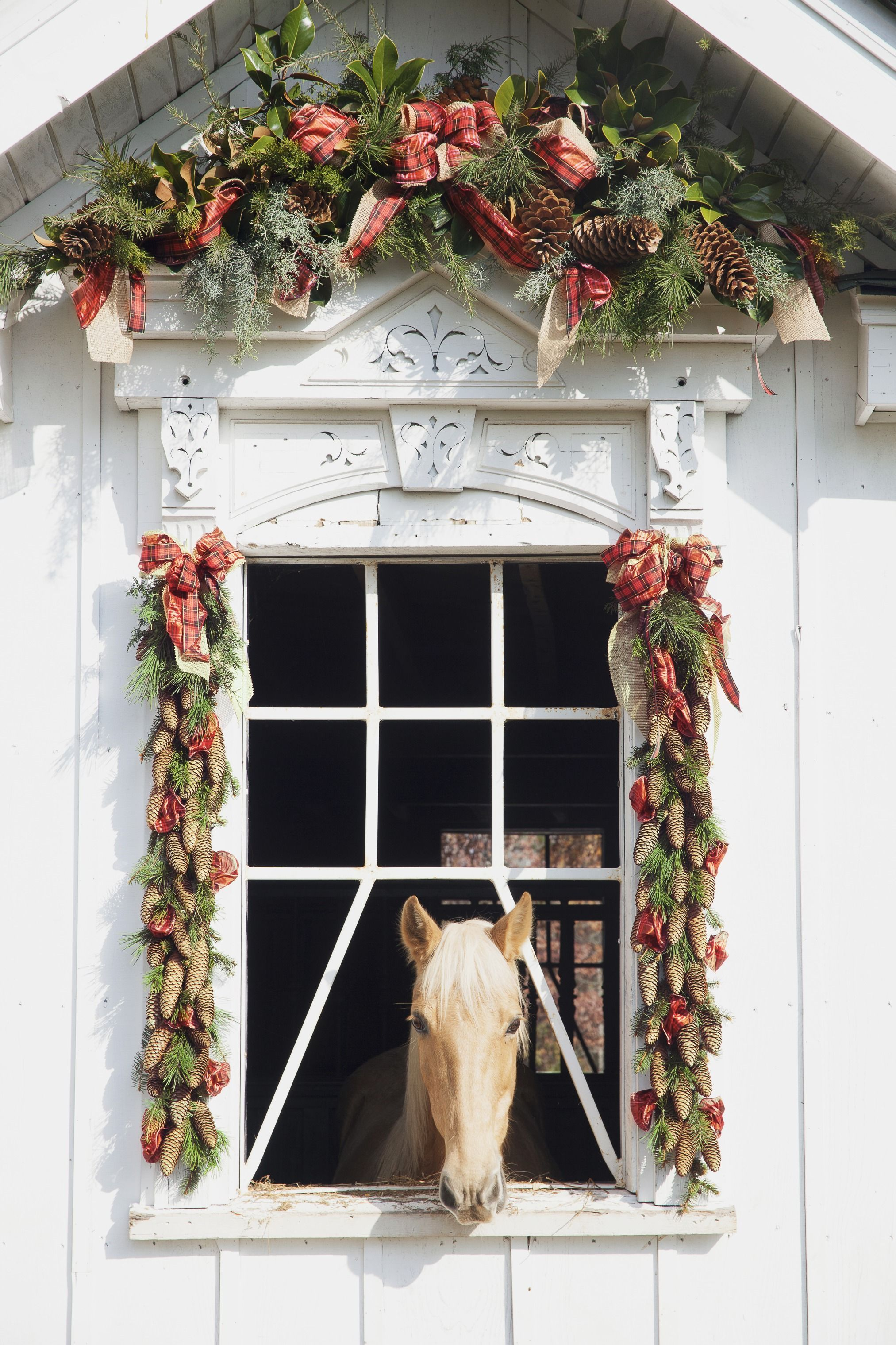 25 christmas decoration ideas christmas decorating through three decades - Horse Christmas Decorations