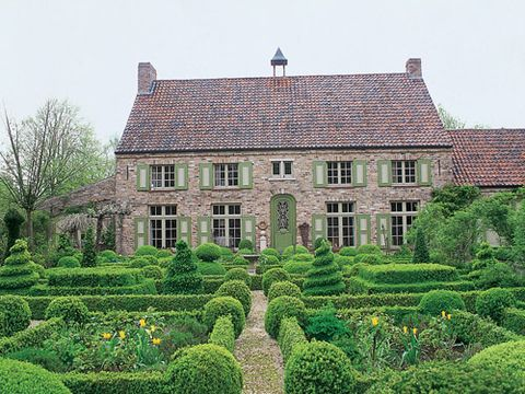 In Belgium, the home of Lies Vandenberghe is ornamented with boxwood parterres of her own design.