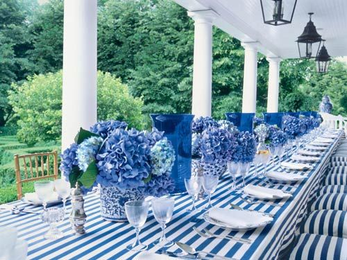 After visiting Italy, Carolyne Roehm cooks a Tuscan-inspired alfresco lunch. Hydrangeas dress up the table.
