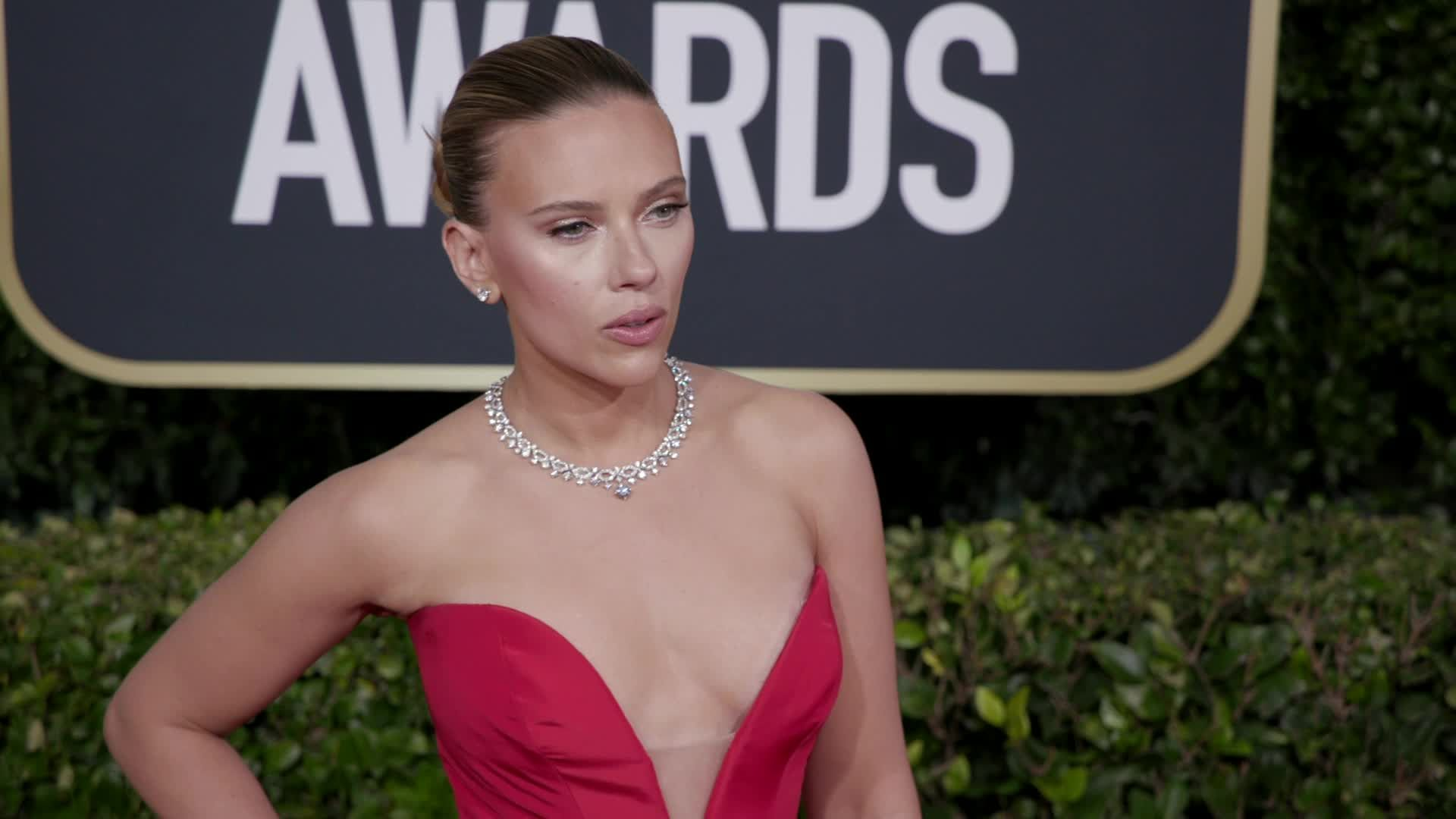 Chris Evans Jumped To Scarlett Johansson's Rescue As She Struggled With Vera Wang Dress At Golden Globes