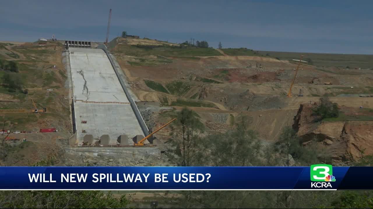 Explaining the dark lines on the Oroville Spillway