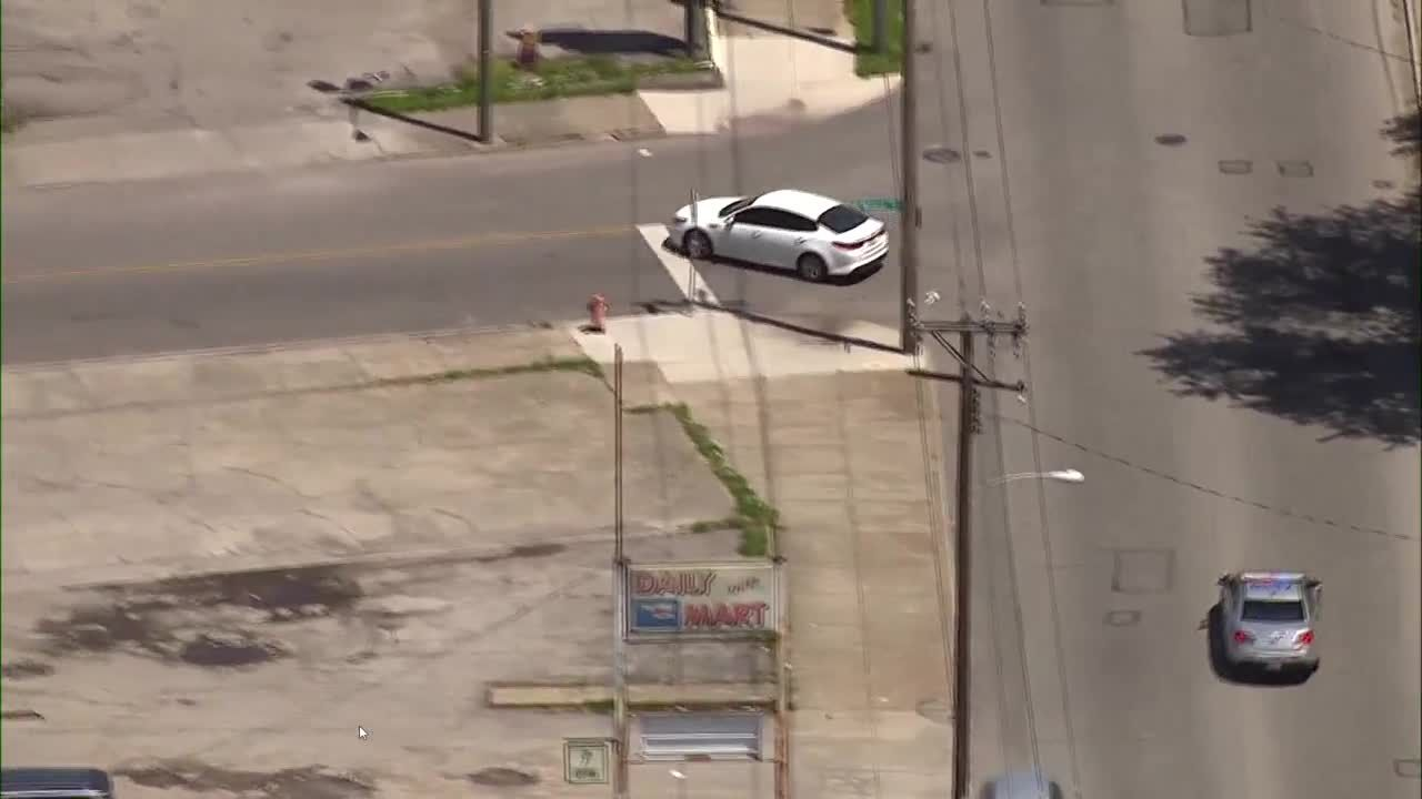 Raw video: LMPD officers chase suspects in car that crashed into police unit