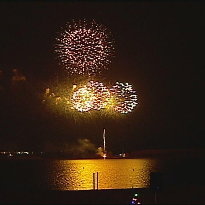Christmas In The Sky 2019 Longview Lake Fireworks light up the sky over Longview Lake