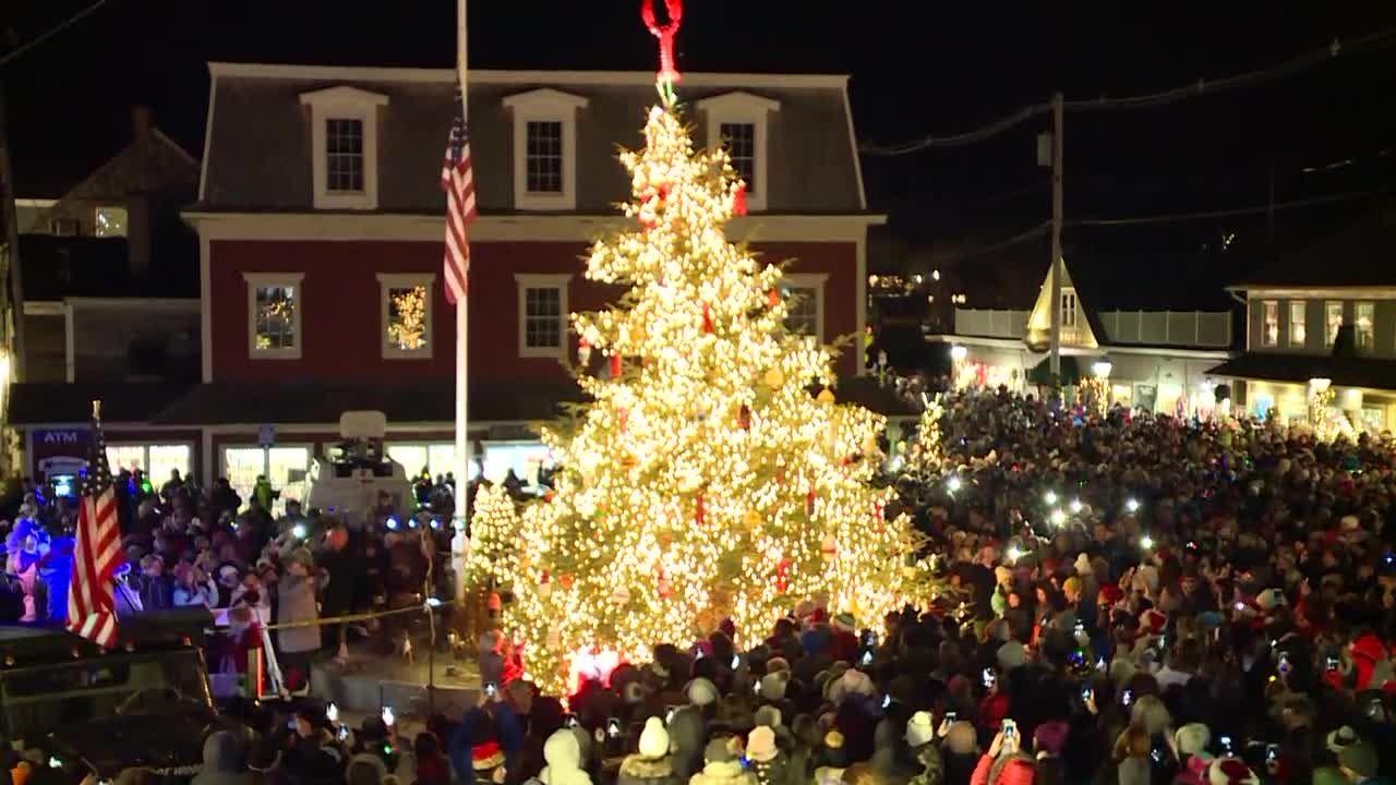 Christmas Bush Lights.Kennebunkport Honors George H W Bush During Tree Lighting