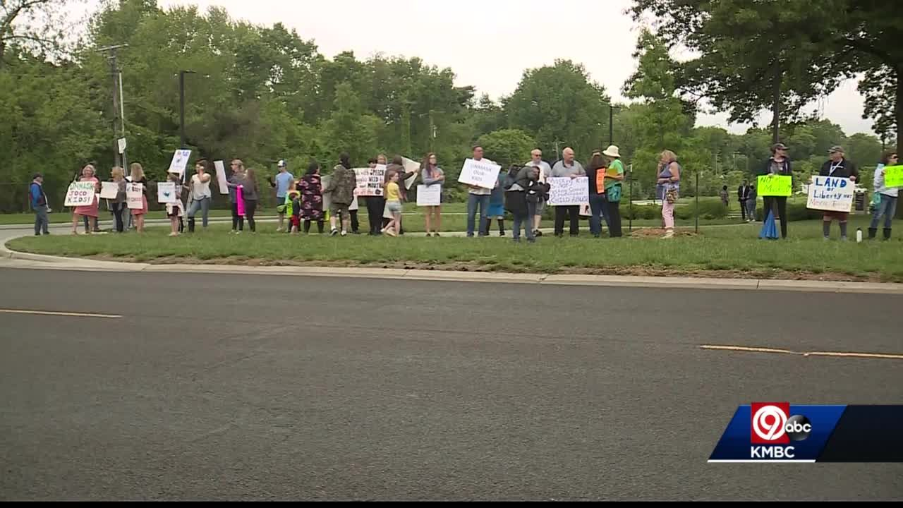 Shawnee Mission parents rally outside school board meeting over mask policy
