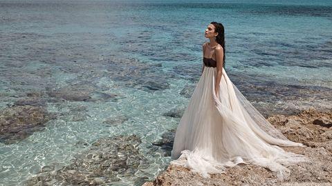 1b4a0038387 Gwyneth Paltrow Wedding Dress Details - Gwyneth Paltrow Bridal Gown Designer