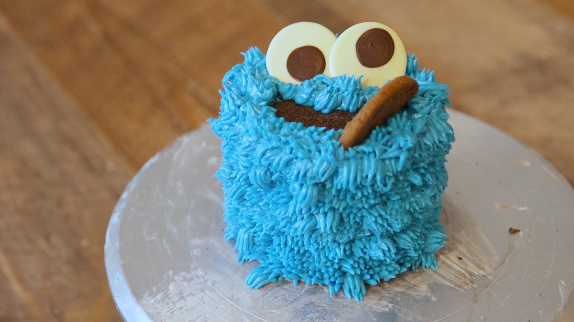 This Perfect Little Cookie Monster Cake Is Not What It Seems