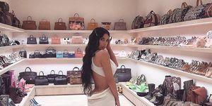Kim Kardashian en su vestidor de bolsos
