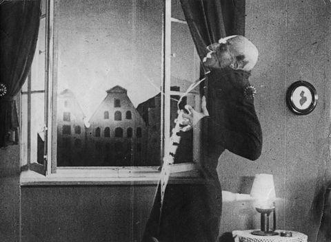 un fotograma de la película nosferatu utilizado en un programa de concienciación de naciones unidas para combatir los bulos del coronavirus