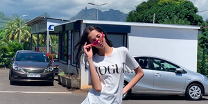 Vogue covershoot met yasmin wijnaldum en vogue t-shirt