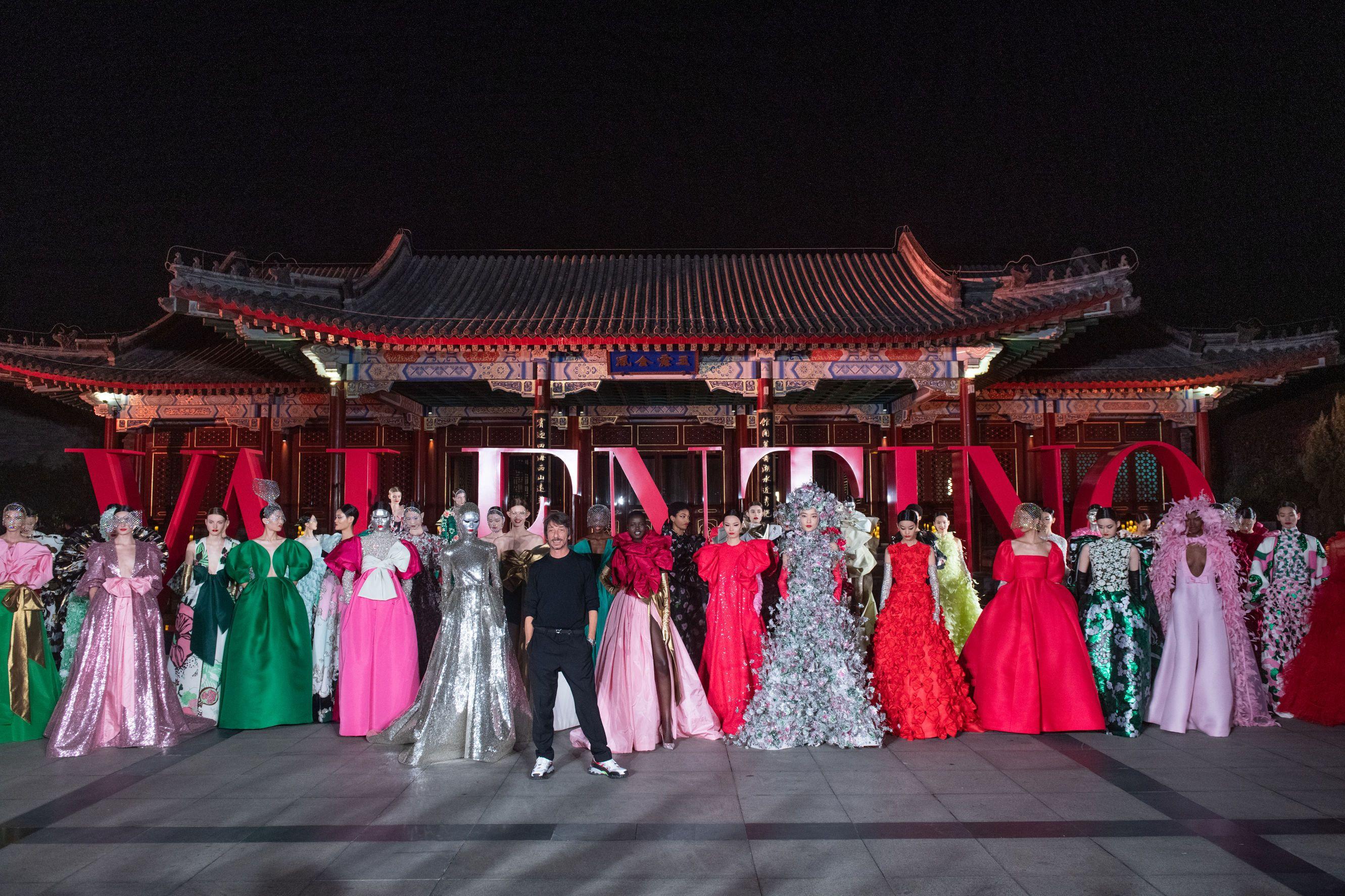 La moda dei sogni di oggi e di sempre è tutta nella nuova sfilata Valentino Haute Couture a Pechino