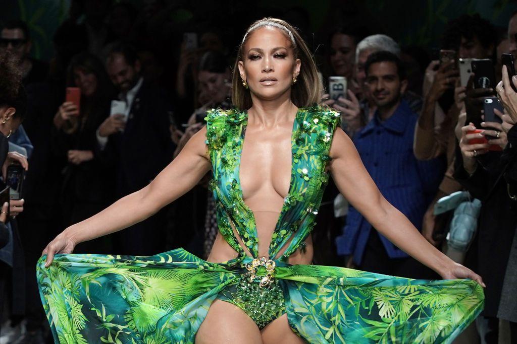 I pantaloni in raso di Jennifer Lopez sono la cosa più sorprendente delle tendenze moda Autunno Inverno 2019 2020