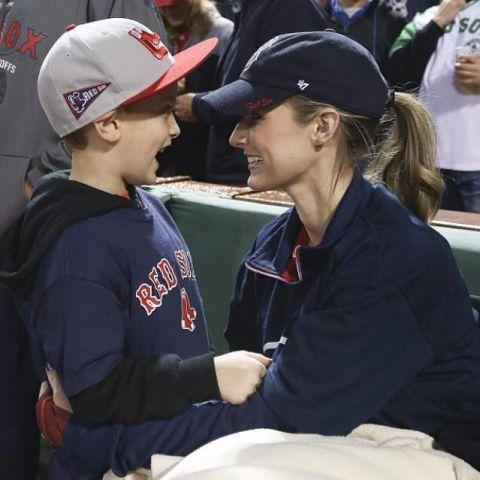 Cap, Uniform, Baseball cap, Headgear, Interaction, Logo, Gesture, Jersey, Service, Sports jersey,