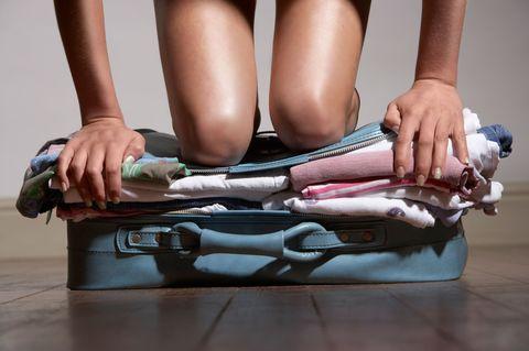 Human leg, Knee, Thigh, Foot, Calf, Nail, Ankle, Toe, Baggage, Sock,