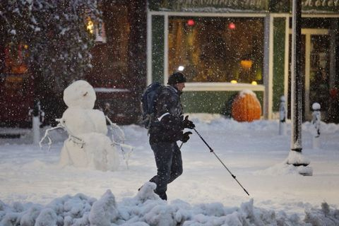 Winter, Freezing, Public space, Snow, Human settlement, Precipitation, Winter storm, Playing in the snow, Blizzard, Frost,