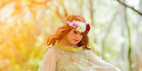 Petal, People in nature, Hair accessory, Beauty, Headgear, Fashion accessory, Headpiece, Photography, Long hair, Peach,