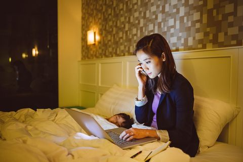 Comfort, Lighting, Room, Sitting, Office equipment, Laptop, Computer, Bed, Linens, Bedding,