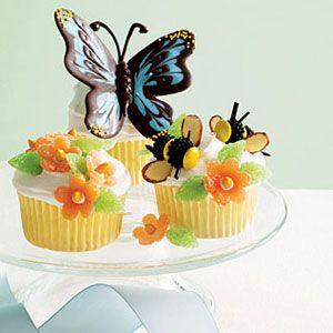 Daisies-Phlox-and-Bees-Cupcakes