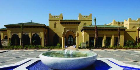 Real estate, Garden, Water feature, Rectangle, Mansion, Courtyard, Villa, Estate, Yard, Column,