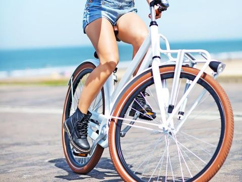 Bicycle tire, Wheel, Bicycle wheel rim, Bicycle wheel, Bicycle, Shoe, Human leg, Spoke, Rim, Bicycle accessory,