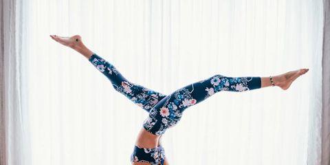 Physical fitness, Shoulder, Yoga, Leg, Joint, Arm, Yoga mat, Sportswear, Knee, Human leg,