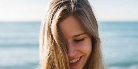 Hair, Blond, Hairstyle, Facial expression, Beauty, Surfer hair, Long hair, Layered hair, Skin, Smile,